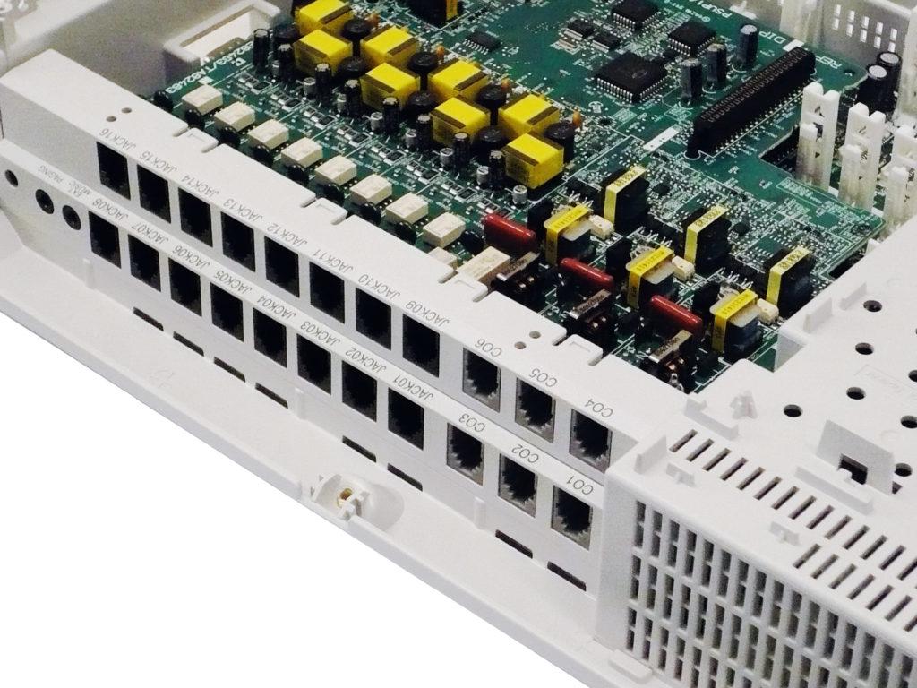Instalace a programové nastavení telefonní ústředny Panasonic KX-TEM824CE je snadná díky použitým standardním telefonním konektorům.