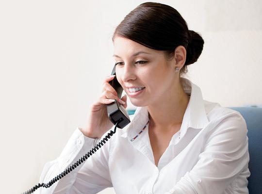 Základní vlastnosti ústředny KX-TEM824CE jsou zobrazení čísla volajícího, automatická spojovatelka, inteligentní distribuce hovorů, SMS zprávy, konferenční hovory, dveřní telefony a možnost rozšíření kapacity ústředny.